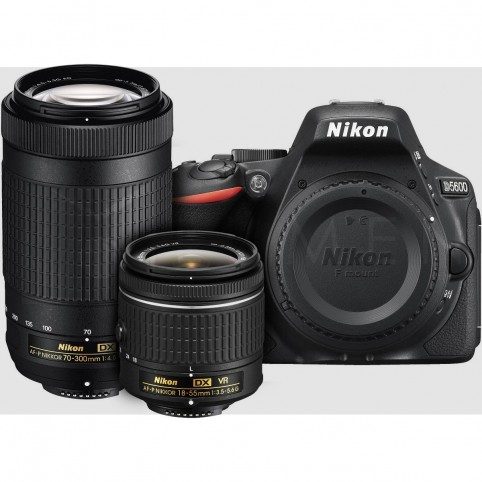 Cámara Nikon D5600 con lente 18-55mm.
